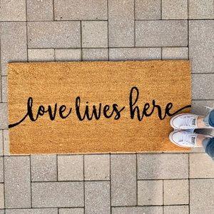 🆕 | love lives here doormat |